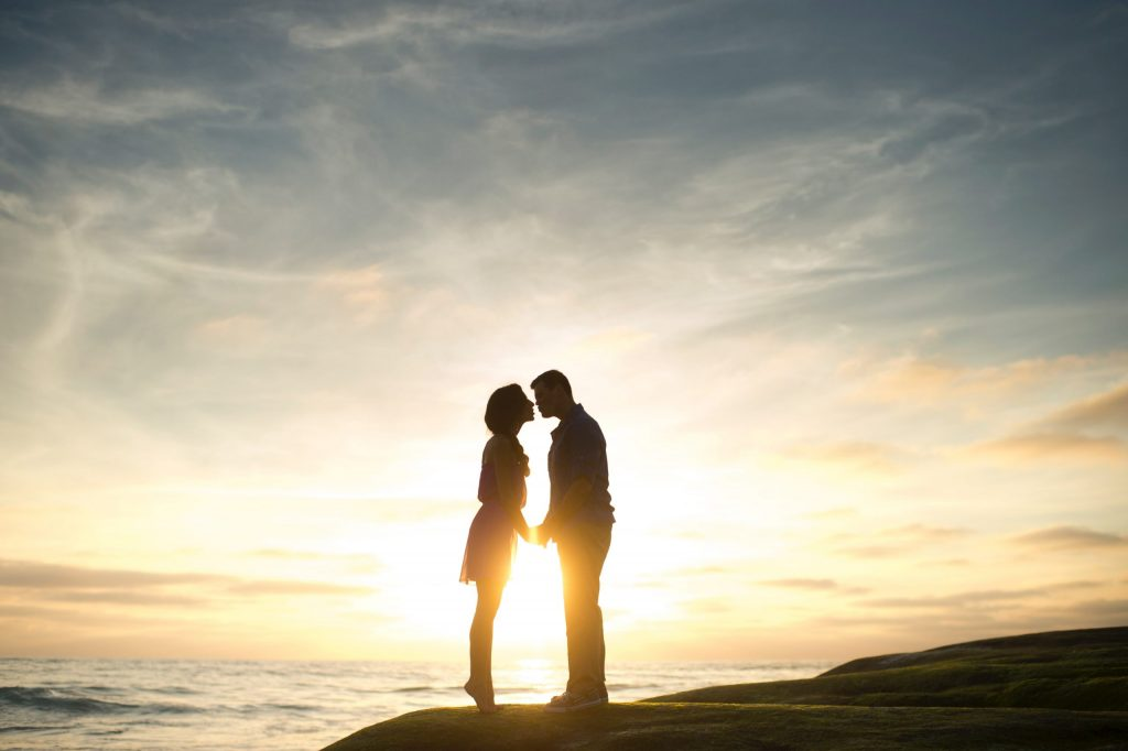 Couple silhouettes kissing in front of the sunset to represent couples therapy Los Angeles