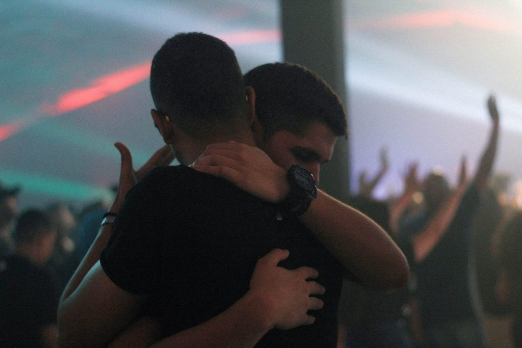 A couple embracing each other at a concert to represent sex therapy